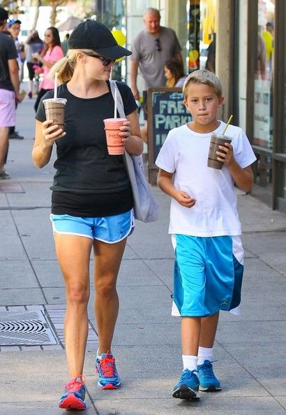Deacon Phillippe Photos - Reese Witherspoon Takes Deacon To Juice Crafters - Zimbio