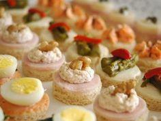 - Canapés de marisco y pescado  Ingredientes: bocas de mar, atún, mayonesa, huevo rallado, gambas, biscuits , y eneldo Preparación: mezclar...