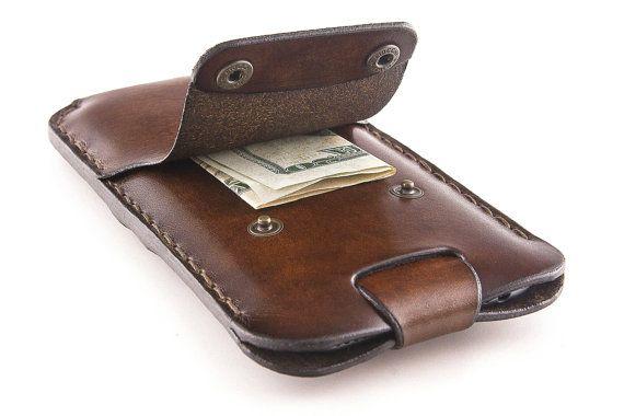 AUCUNE PIÈCE MÉTALLIQUE NE TOUCHE LIPHONE ! La poche centrale qui tenez le téléphone cellulaire est bordée dun cuir de daim qui protègent liPhone de boutons en métal.  La sangle de fermeture aident à prendre votre iPhone de létui. Tirer la sangle le téléphone est sorti !  Ce nest pas un produit de la machine à coudre, mais un étui en cuir de haute qualité, fabriqués sur commande. Cest avec soin artisanal en Italie, au coeur du Trentin, à laide de pleine fleur italien cuir tanné végétal de la…