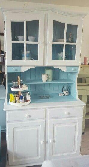 Buffetkast in zn geheel . Witte krijtverf met ibiza blauwe binnenkant www.boodstyling.com voor deze en nog veel meer mooie en unieke meubeltjes !!!