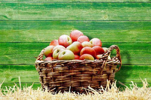 Диета на яблоках  Диета на яблоках - простая и эффективная диета. Но не мешает знать, что...  Все подробности о диете на яблоках читайте в статье!  Прежде всего, яблочная диета - это моно-диета, что означает, что в период диеты употребляются, в основном, яблоки. Яблоки - очень полезные, все знают: Кто яблоко в день съедает, у того доктор не бывает! Диета позволит в короткое время довольно эффективно похудеть: эта диета гарантирует до 5 кг потери веса в неделю. Но требует большой силы воли!