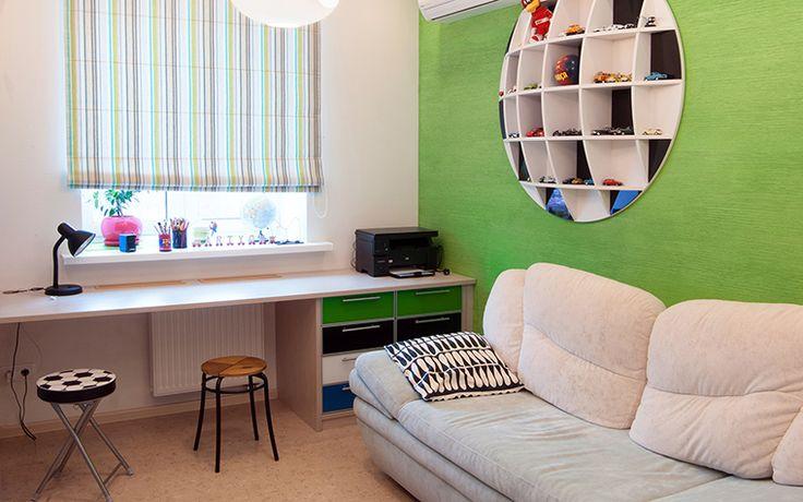 <p>Автор проекта: Никита Козлов</p>  <p>Светлый интерьер детской комнаты был расцвечен с помощью ярко-зеленой стены. Кроме того, эффект был усилен, когда в центре стены дизайнеры соорудили необычный стеллаж. Он не только круглый по форме, но и выпуклый, отчего напоминает футбольный мяч.</p>