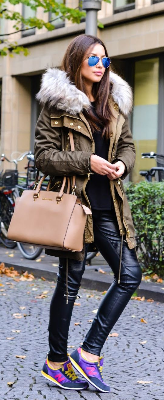 How cool is this outfit?! Consuelo Paloma is wearing a parka and leather trouser from Zara, black top from H&M, bag from Michael Kors and the sneakers from New Balance