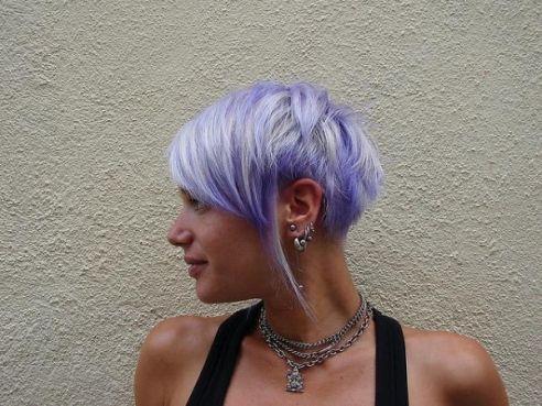 Cheveux courts avec mèches lilas et blanches