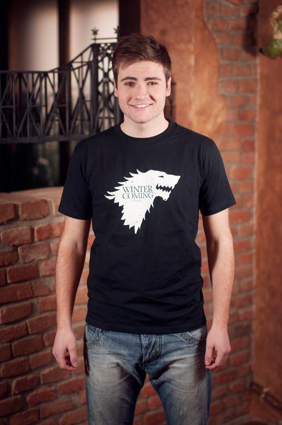 """T-shirt Direwolf Dit rechte model T-shirt voor mannen is gemaakt van voorgekrompen ringgesponnen katoen en heeft een opdruk van een Direwolf. Het teken van het geslacht 'Stark'. Bekend van de HBO TV serie 'Games of Thrones'. met de tekst: """"I don't give a F*ck"""". De hoge kwaliteit en goede verwerking zijn zichtbaar in de dubbele naden aan de mouwen en de zoom en de tweevoudig gelegde kraag in 1X1 ripp."""