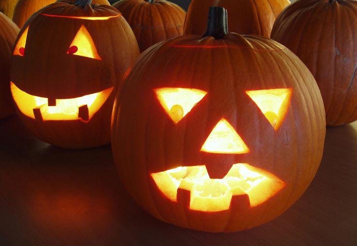 """Halloween feires alltid 31. oktober. En gresskarlykt utenfor døren betyr at du ønsker barn som går """"Knask eller knep"""" velkommen. Halloween-gresskar har relativt myk skall og er lett å lage lykt av. Vi viser deg hvordan."""
