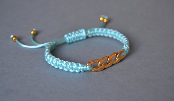 Delicate and beautiful blue macrame bracelet por AccessoriesAM
