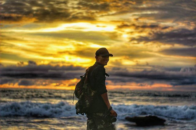 Terlalu dangkal jika kau berlayar ke lautan lepas. Hanya karna sama-sama mempunyai sirip dengan lantangnya kau bilang itu Orca.  Tidak kah bisa kau membedakan mana Hiu dan mana Lumba-Lumba??? . . Loc: Tanah lot,Bali. . . #holiday#explorebali#explore#advanture#trekking#sunset#sunrise#beach#island#cliffjump#cliff#surf#pesonaindonesia#wonderfulindonesia#gopro#jalanjalan#jalanjalanmen#bali#bike#biker#travelling#backpacker#word#chef#cheflife#hill#destination#fhotography cheflife #chef #explore…