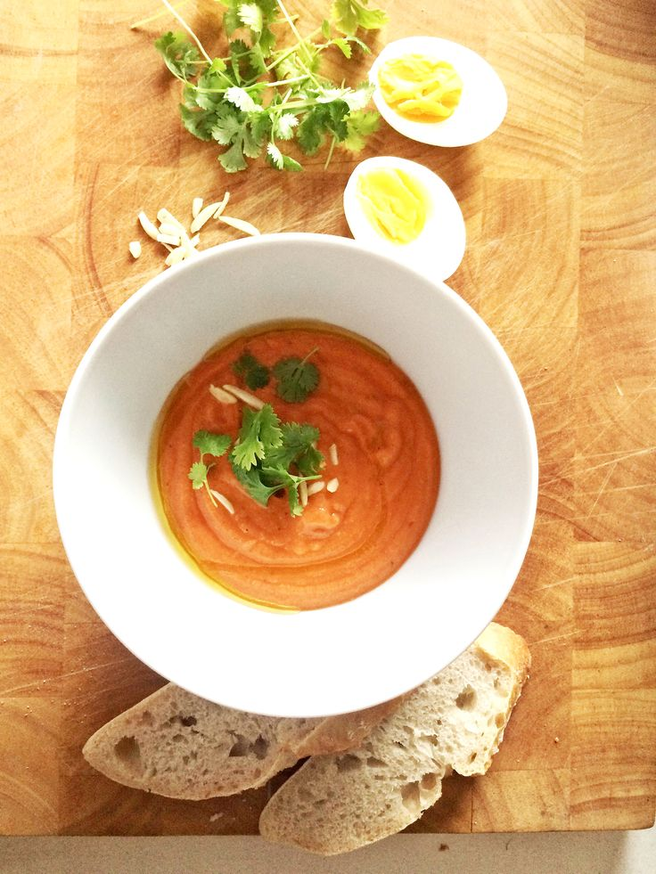 Es ist jetzt schon 2 Jahre her, dassich in Madrid war und dieses Rezept für mich entdeckt habe: Salmorejo – eine erfrischende kalte Gemüsesuppe. Nein, keine Gazpacho. Aber irgendwie ähnlich. Irgendwie aber auch ganz anders. Und für mich DIE WAHRE kalte Suppe! Ebenfalls ein wunderschönes Souvenir & eine wunderbare Erinnerung, an die majestätische Metropole, […]