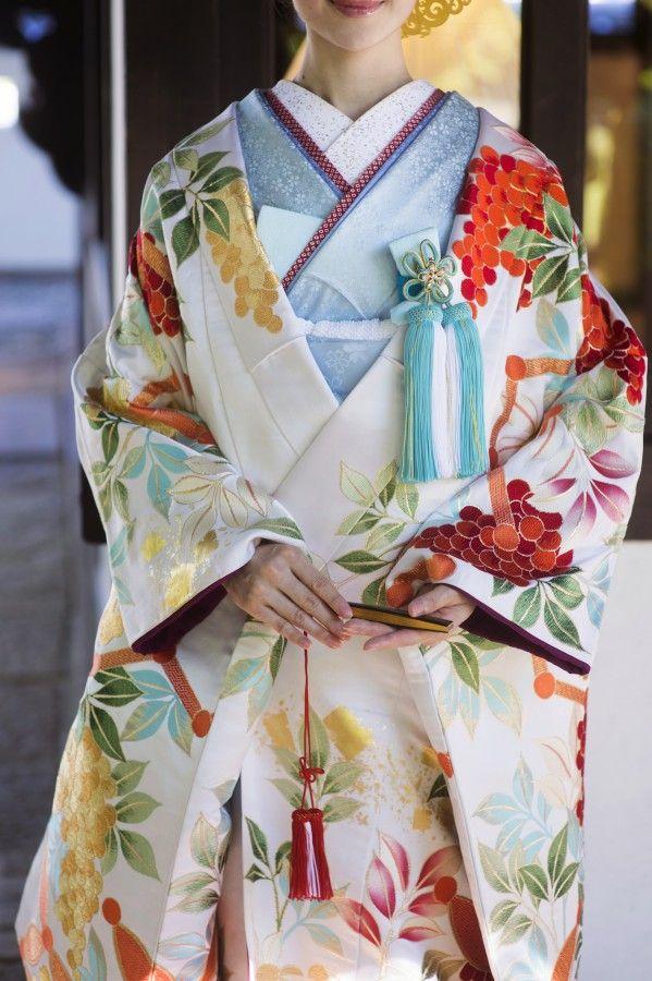 打掛『赤紅絞刺繍鶴』、掛下『ブルーぼかし花ふぶき』ぼかしの匂うような艶やかさと、ふっくらとした絞りの質感が豊満な色彩と相まって目に焼付くような印象的な花嫁姿に。