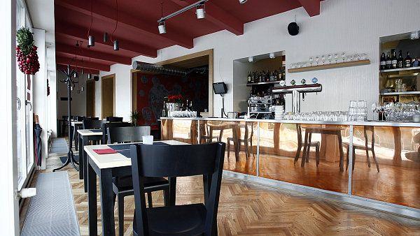 Na konci - ****  Nová restaurace pode taktovkou šéfkuchaře Tita Eliáše nekopíruje koncept smíchovského podniku Na kopci, v příjemném interiéru s otevřenou kuchyní ochutnáte zajímavý mix asijské a mezinárodní kuchyně.
