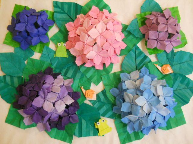 梅雨の時期に美しい花を咲かせるあじさい。あじさいは日本人にはなじみ深い花であり、青から紫、ピンクというやさしい花の色が人気です。そんなあじさいを折り紙で作ってみましょう。簡単に折れる折り方から、難しい折り方まで、さまざまな折り方をご紹介します。