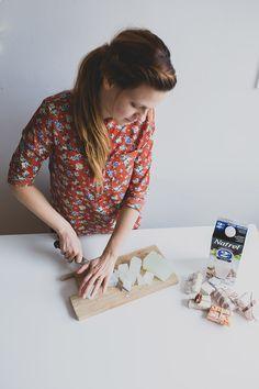 Élisabeth, du blogue Ruban Cassette</em>, explique comment fabriquer son propre savon avec du lait et d'autres ingrédients simples.
