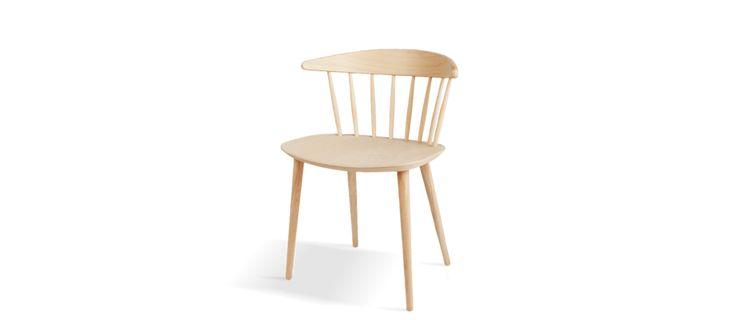 Pinnstolen J104 från HAY är formgiven av Jørgen Bækmark, tidigare medlem i det danska designkollektivet FDB. Att HAY valt att producera flera av de gamla FDB-klassikerna kommer inte som en större förvåning då de tillgodoser alla behov i hemmet, både gällande estetik och funktion. Dess breda rygg och sits får stolen att närmast se ut som en korsning mellan fåtölj och matstol, samtidigt som de nätta pinnarna lättar upp formspråket. En sann skulptural designklassiker.