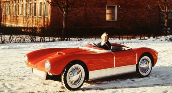 Den röda bilen med vita däcksidor som fotograferades utanför ASJ i Linköping vårvintern 1957 är Saab Sonett nummer tre, bilen som sedan 1964 ägs av Gösta Jakfors.