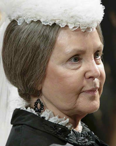 Pauline Collins as queen Victoria
