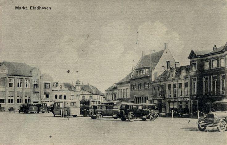De Markt gezien richting de noord-oostzijde. Op de achtergrond van links naar rechts o.a. de Zuid- Nederlandsche Handelsbank, de Olifant, de Amsterdamsche Bank, een expediteur en hotel de Wildeman 1935-1945