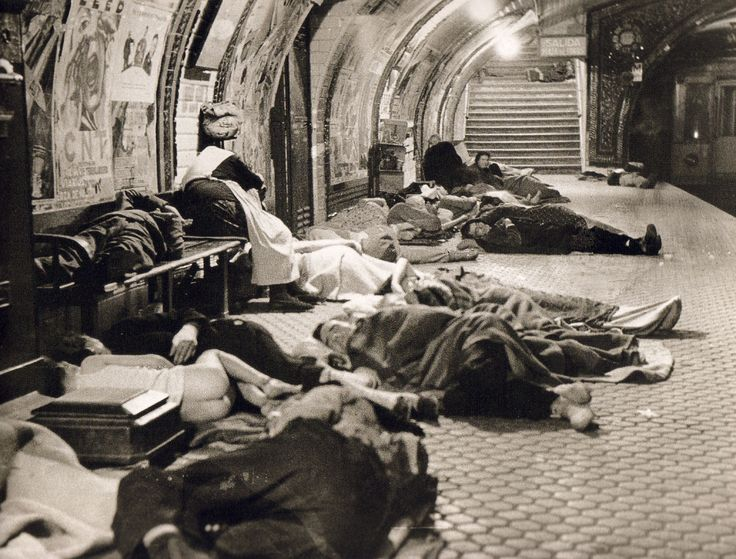 Estación de Metro de Madrid usada como refugio antiaéreo en la Guerra Civil, 1937.  Colección particular.(Spanish Civil War, 1937)
