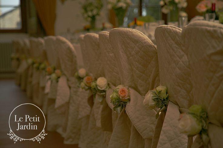 piccolo mazzo di 3 rose e pitosforo per decorare lo schienale delle sedie, elegante e raffinato.