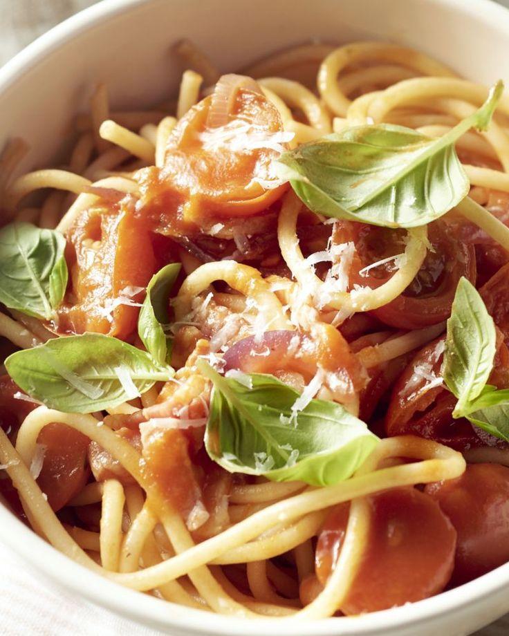Spaghetti amatriciana is een echte Italiaanse klassieker uit het gelijknamige Italiaanse stadje. Het gerookt spek of pancetta zorgt voor de typische smaak.