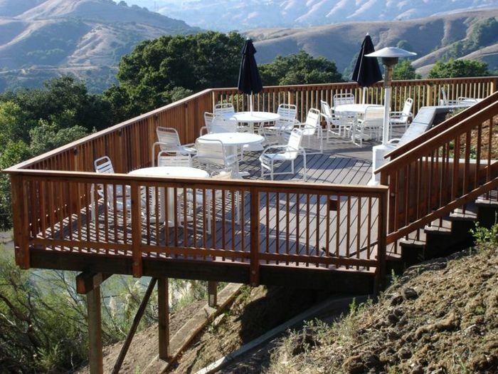 Les 25 meilleures id es concernant chaises blanches sur for Plan d une terrasse en bois sur pilotis
