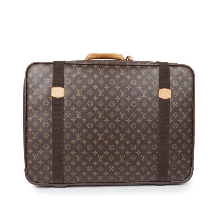 Superbe valise souple de la Maison Louis Vuitton   - Fabriquée en cuir monogram   - Fermeture zippée  - Bijouterie en métal doré   - Petite anse de 24 cm  - Intérieur en tissu beige   - Grande poche plaquée avec porte carte et deux sangles à l'intérieur  - Deux sangles extérieures  - Légères traces d'usures sur les coins  - Hauteur : 49 cm  - Longueur : 66 cm  - Profondeur : 16 cm