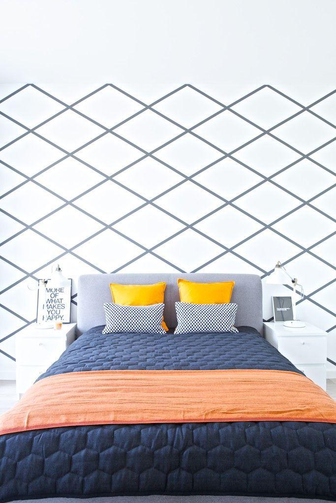 Geometryczny wzór na ścianie w sypialni