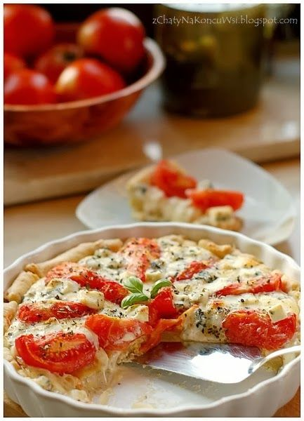Tarta pomidorowo-serowa.