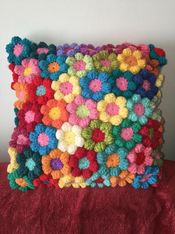 19 x 20 inch rainbow flower crochet cushion . Mooie kussen.