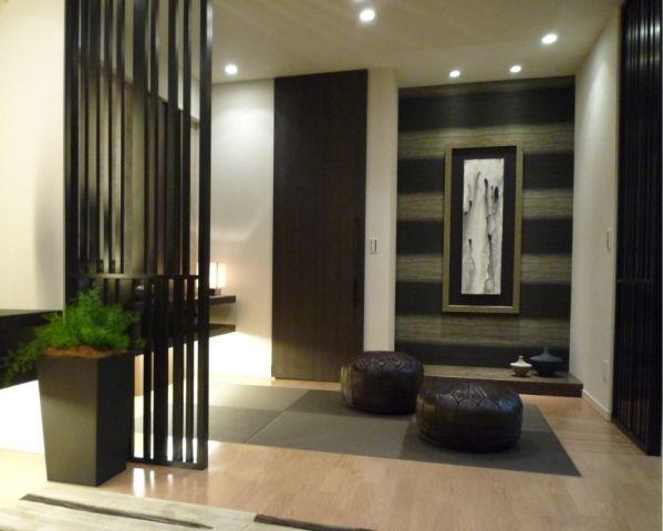 和室コーディネート|リビングと一体感ある畳スペースは、格子で軽く間仕切りを。 棚下を照らす間接照明とダウンライトで、落ち着き感を演出。