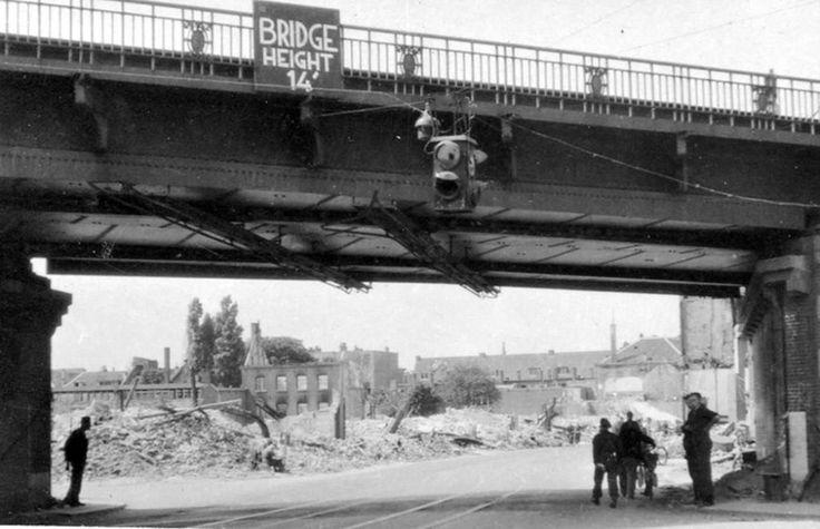 Arnhem: De Velperpoort 1945 net na de bevrijding