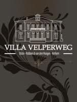 Lunch, diner, snack of zakelijke bijeenkomst: u kunt er voor terecht bij de veelzijdige horecagelegenheid Villa Velperweg. De ambiance is klassiek en tegelijkertijd toegankelijk. Volgens kenners heeft Villa Velperweg het mooiste terras van de stad en de meest fantastische wijnkelders. U bent meer dan welkom in deze muliticulinaire attractie.. Info: www.villavelperweg.nl