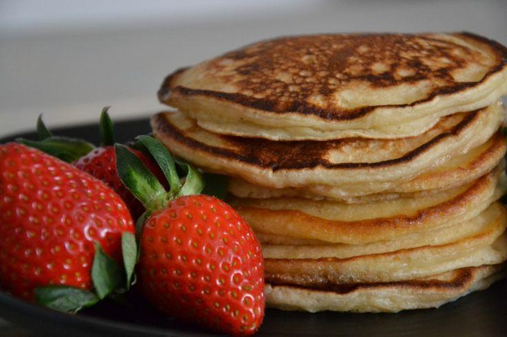 Start weekenden med lidt ekstra hygge og lav disse skønne, små, tykke pandekager. De passer perfekt til en god brunch! Ingredienser(16 stk.) 300 g hvedemel 50 g margarine 2 æg 5 dl kærnemælk 2 spsk sukker 1/2 tsk groft salt 2 tsk bagepulver 3 tsk vaniljesukker Margarine til stegning Tilbehør: Ahornsirup og frisk frugt Fremgangsmåde …