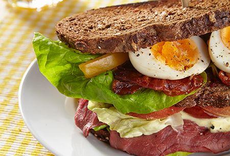 Clubsandwich met basilicummayonaise van René Pluijm: Een stevig ontbijt met rosbief, krokant gebakken bacon en frisse sla. Uit: de Coop Keukentafelgids Lente 2014.