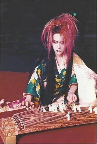 **koto** : -esta vez me tome la libertad de no subir foto de geisha,es mi mayor idolo hide (del grupo Xjapan),tocando el koto- ^_____^  <BR> <BR> <BR> <BR>las geisha que se especializan en este instumento suelen convertirse en grandes instrumentistas,dando conciertos por todo elmundo.  <BR> <BR> <BR>el koto es un instrumento de cuerda japonés de origen chino, similar a una cítara.  <BR> <BR>Este instrumento ha sido utilizado ...