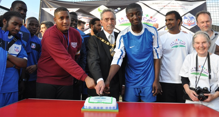 The champions cut the cake...
