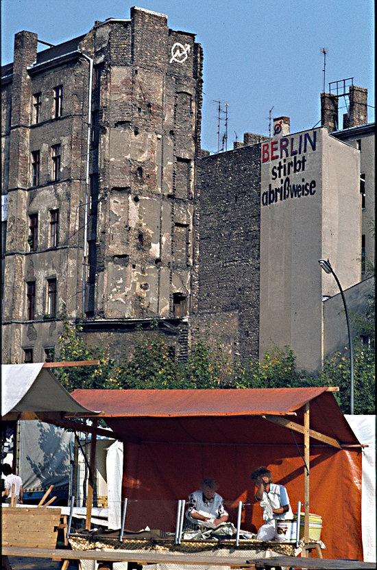 """""""Berlin stirbt abrißweise"""" ca. 1984 auf dem Wochenmarkt am Winterfeldtplatz in Berlin-Schöneberg"""