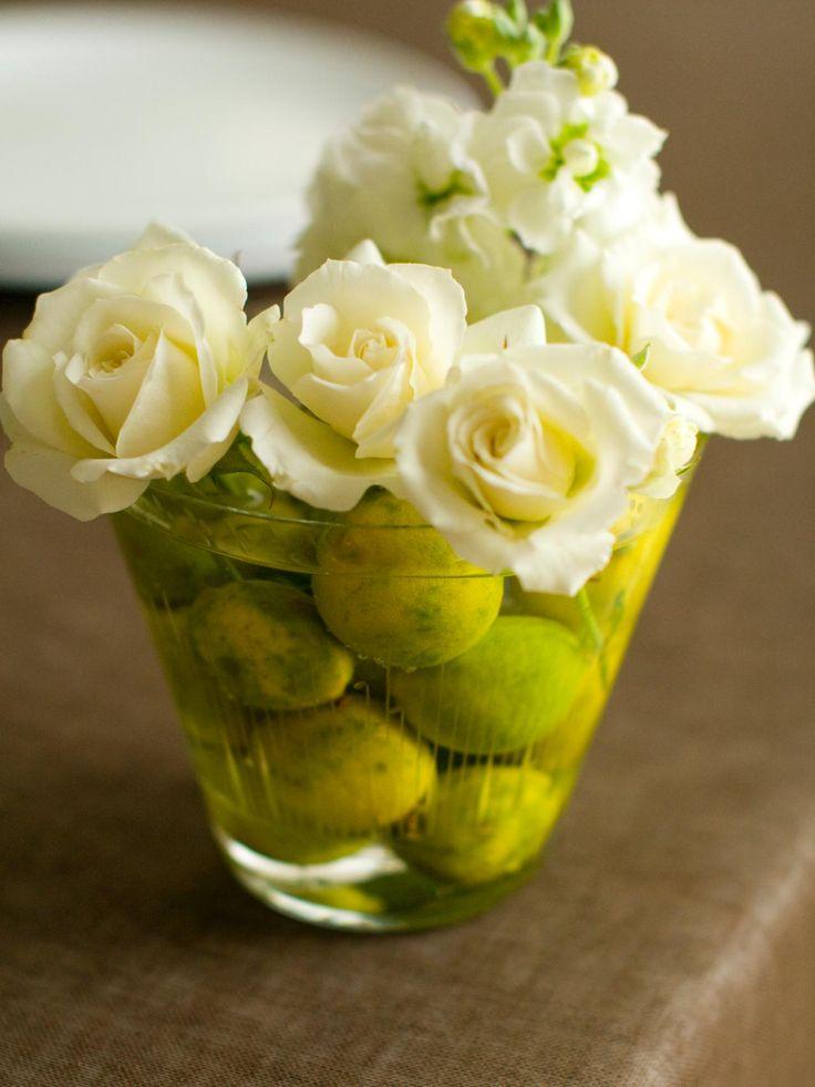 Para crear una pieza central elegante, llenar una compota con agua y enteros limas y flores tuck - despojado de más tallos - en entre las limas. Piñas, adornos o, verduras frescas de colores como las alcachofas y los rábanos también sirven como anclas resistentes para las floraciones. Además de las velas votivas lleno establecidos casualmente sobre la mesa, suculentas colocadas en vasos votivos llenos de agua hacen encantadoras decoraciones de mesa.