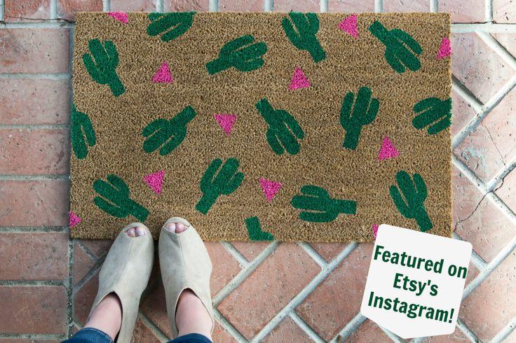 Felpudo de cactus pintados a mano, personalizada bienvenida mat / regalos de boda / regalos de inauguración / felpudo divertido / estera de bienvenida al aire libre de NickelDesignsShop en Etsy https://www.etsy.com/es/listing/233550670/felpudo-de-cactus-pintados-a-mano