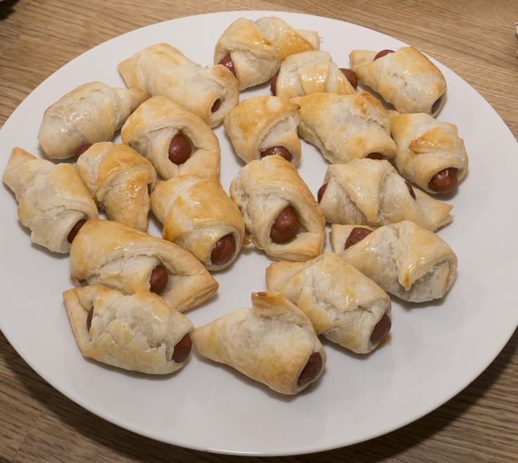 Knakworst croissantjes.  Snij plak bladerdeeg in 4 punten.  Rol het mini knakwostje er in.  Bestrijken met ei en ong. 12 minuten in de over op 180 graden