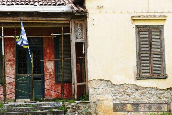 «Απ' εδώ έφυγε ο Παύλος για τη Μακεδονία στα 1904», γράφει η μαρμάρινη πλάκα στην οδό Τατοΐου 50 στην Κηφισιά. Εδώ έζησε με τη…