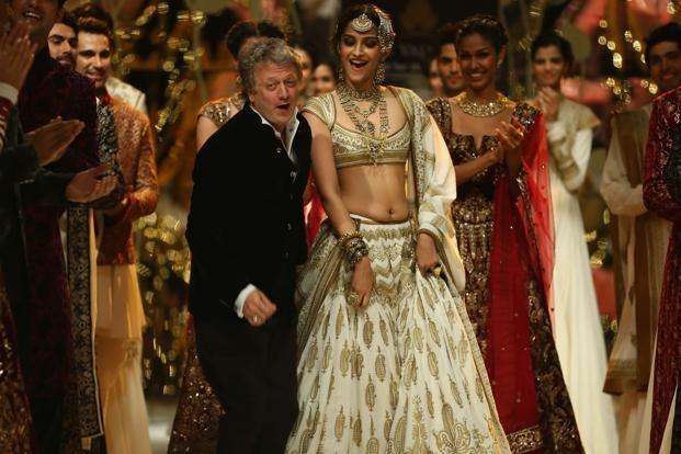У актрисы свисает живот - юбка должна быть больше на размер.