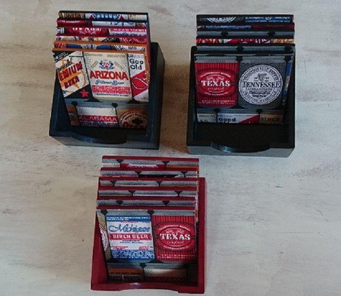 Conjunto Porta Copo nas cores vermelha, preta e azul petróleo, pintura com acabamento em verniz fosco, tecido estampado marcas de cerveja.