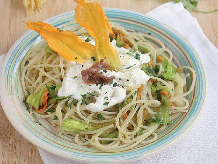 Gli Spaghetti con Acciughe Fiori di Zucca sono un primo piatto equilibrato e ricco di sapore, da preparare in pochi passaggi con ingredienti di stagione