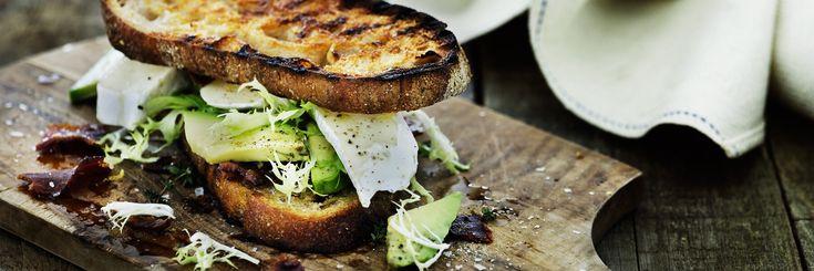 Grillet sandwich med avocado, bacon og brie