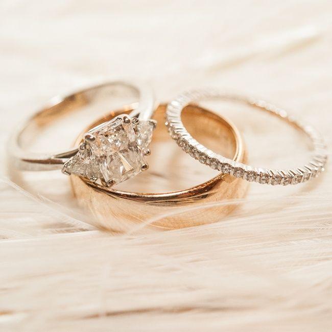 Aliança de noivado, aliança de casamento e aparador.