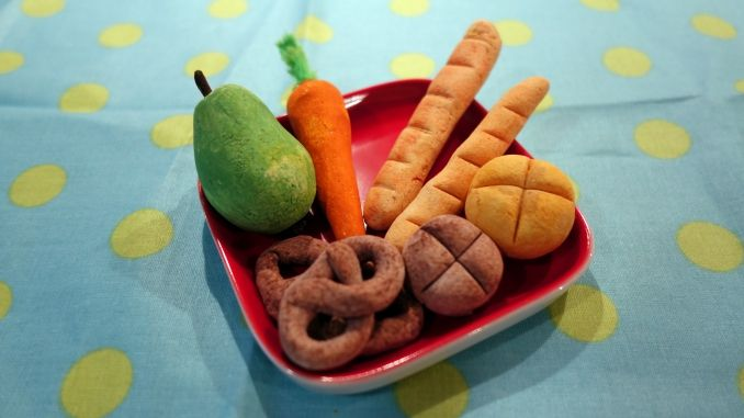 Obst und Backwaren aus Salzteig