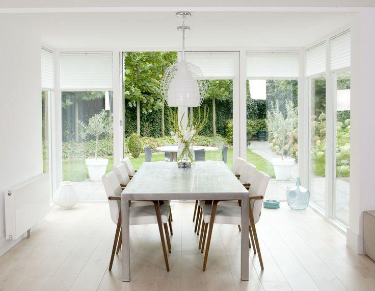 Fraaie lichte tuinkamer. Een heerlijke ruimte in het huis om te verblijven. Deze uitbouw met veel glas en openslaande tuindeuren is een aangename verbinding tussen binnen en buiten. www.pieterdeboer.com