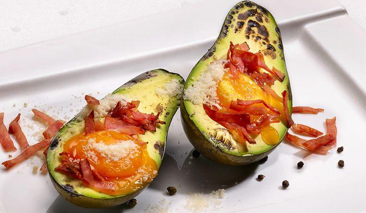 Avocado umplut cu Sissi șuncă de curcan și ou