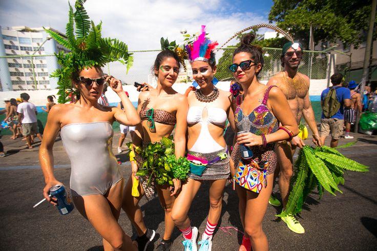 Boi Tolo é bloco do jeitinho que eu gosto, só com gente que ama carnaval na sua essência de marchinhas, fantasias, confetes, serpentinas. Gente que tá ali se divertindo de ser sereia, unicórnio, bailarina, índio, Che Guevara e até Martin McFly (♥). Gente que quer exaltar e ostentar sua festa, seu amor, sua criatividade, originalidade e imensa alegria.